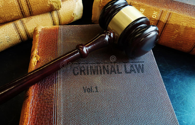 Mazo en los libros viejos del derecho penal fotografía de archivo libre de regalías