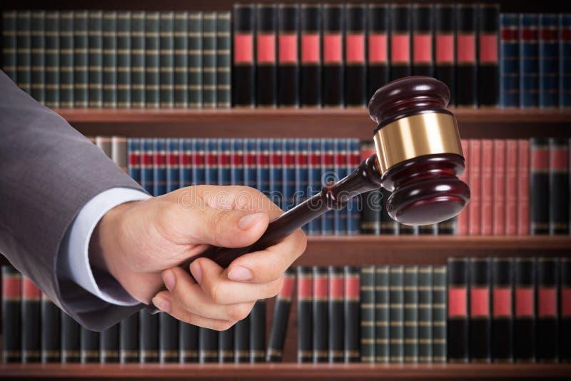 Mazo masculino de Hand Striking The del juez foto de archivo libre de regalías
