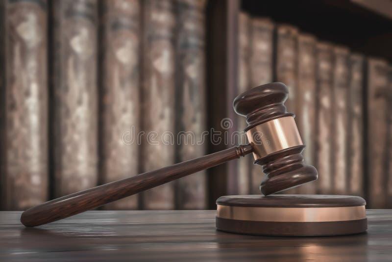 Mazo y libros de ley de madera en oficina de abogados imágenes de archivo libres de regalías