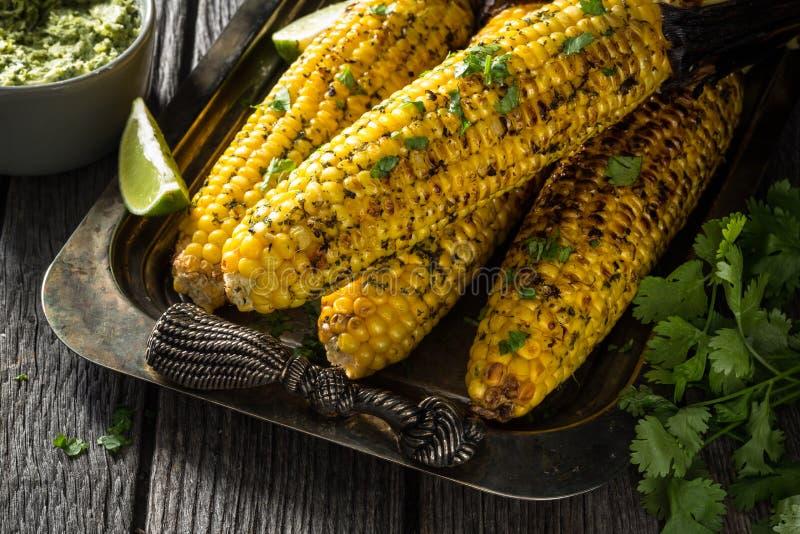 Mazorca de maíz asada a la parrilla en barbacoa imagen de archivo