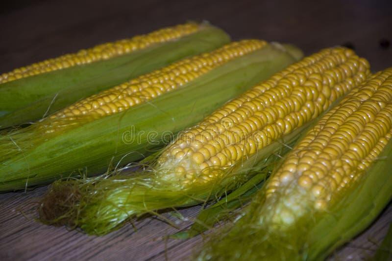 Mazorca de maíz en el verano sano delicioso de la comida de la tabla de la tabla fotos de archivo