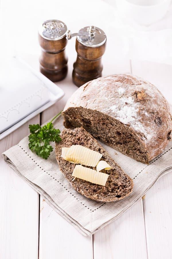 Mazorca recientemente cocida del pan de centeno sobre el fondo de madera blanco fotos de archivo libres de regalías
