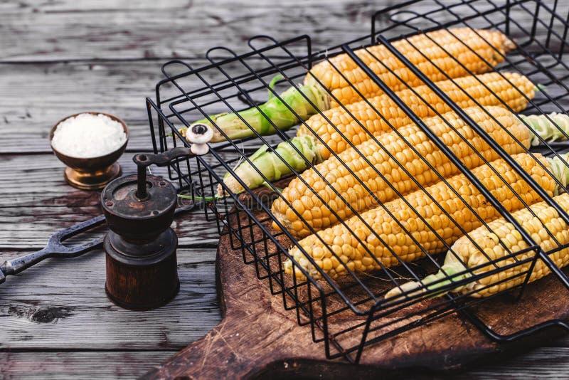 Mazorcas de maíz en rejilla de la parrilla imagen de archivo libre de regalías