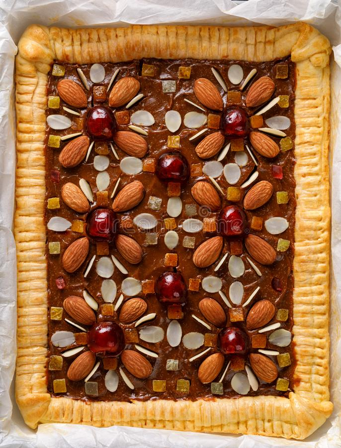 Mazurek酥皮点心,传统波兰复活节蛋糕做了酥皮糕点酥皮点心,捏造焦糖奶油、脯和杏仁 图库摄影