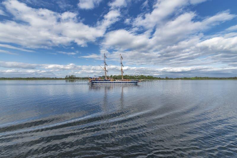 Mazuren Polen 12-9-2018 sikt av spegel-som den klara sjön i Mazurenen Polland, med dess fascinerande blåvita moln och arkivbild