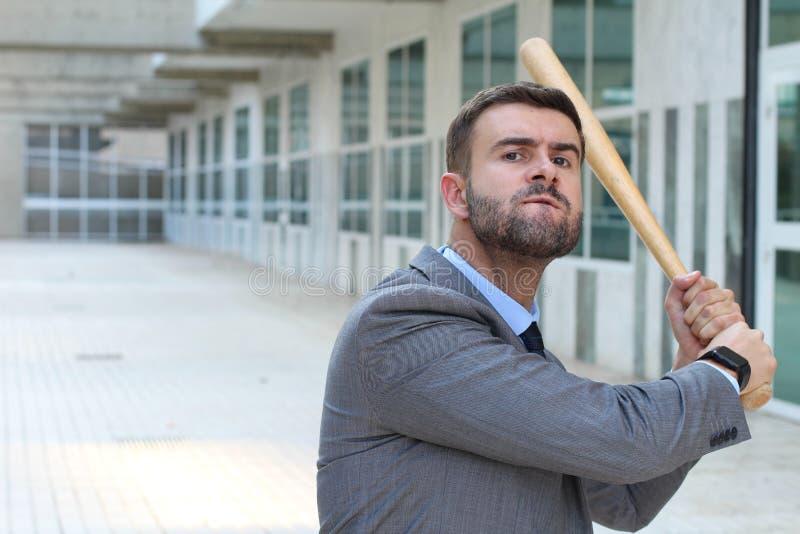 Mazza da baseball arrabbiata della tenuta dell'uomo d'affari fotografia stock libera da diritti