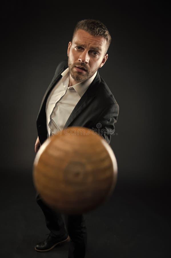 Mazza da baseball barbuta del punto dell'uomo L'uomo d'affari minaccia per l'arma del pipistrello Concetto di aggressione ambizio fotografie stock