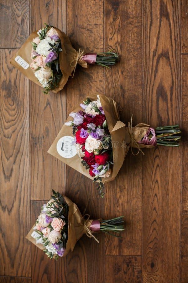 Mazzi alla moda freschi di nozze delle rose sul closeu di legno del fondo immagini stock libere da diritti