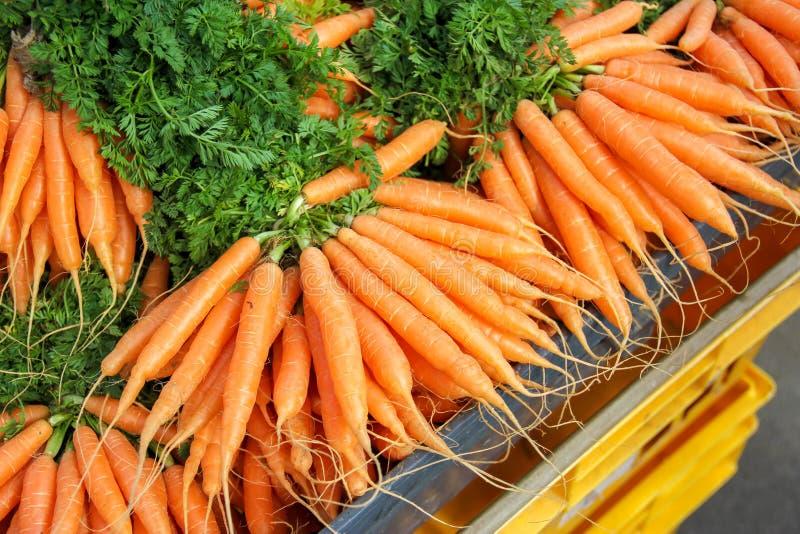 Mazzi di carote arancio in un mercato fotografia stock libera da diritti