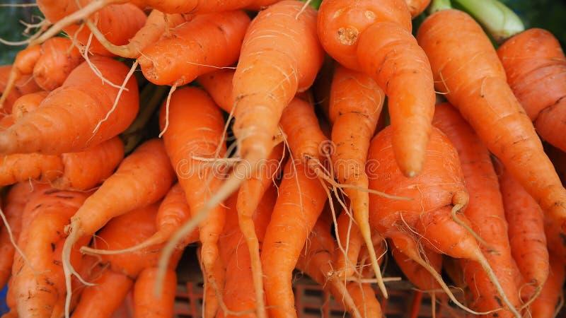 Mazzi di carote arancio variopinte fotografia stock libera da diritti