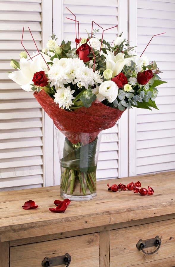 Mazzi di fioritura del fiore sulla tavola di legno d'annata fotografie stock libere da diritti