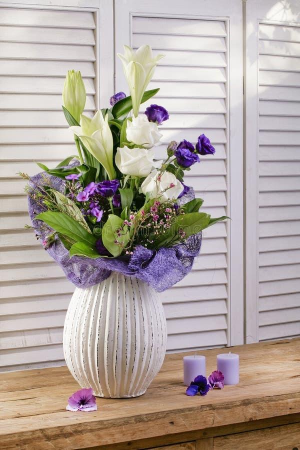 Mazzi di fioritura del fiore sulla tavola di legno d'annata immagini stock libere da diritti
