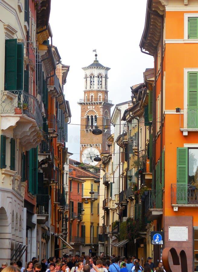 Mazzinistraat in Verona, Italië, met Lamberti-toren aan het eind stock afbeelding