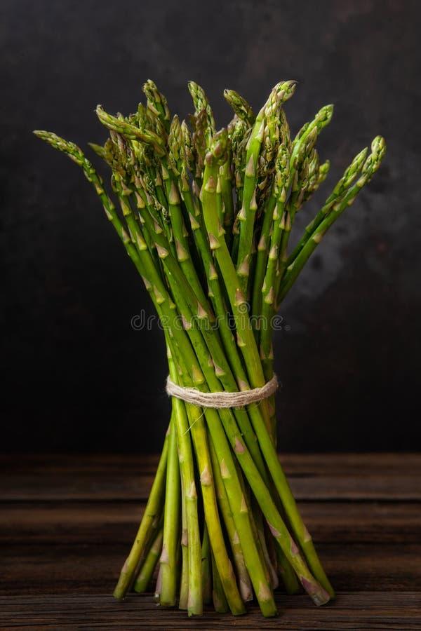Mazzo alto vicino della foto di asparago verde fresco su fondo di legno immagini stock
