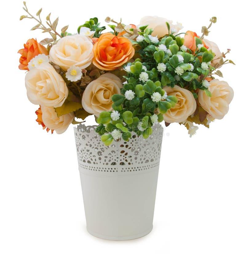 Mazzo artificiale delle rose in un vaso fotografia stock