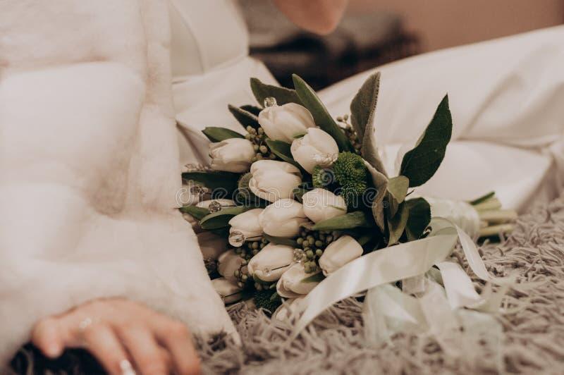 Mazzo bianco di nozze con il primo piano della decorazione di boho immagine stock