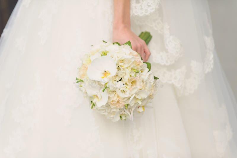 Mazzo bianco di nozze dell'orchidea immagine stock