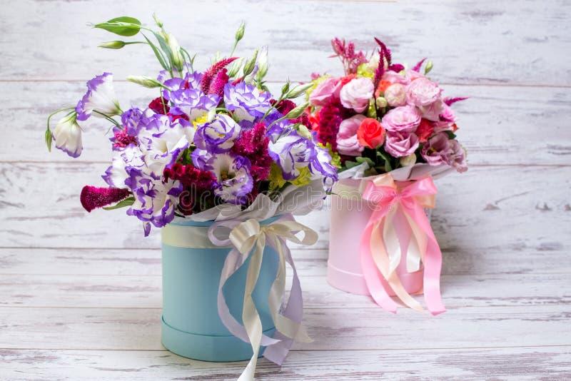 Mazzo blu e bianco n del fiore di eustoma di lisianthus un fondo di legno bianco fotografie stock