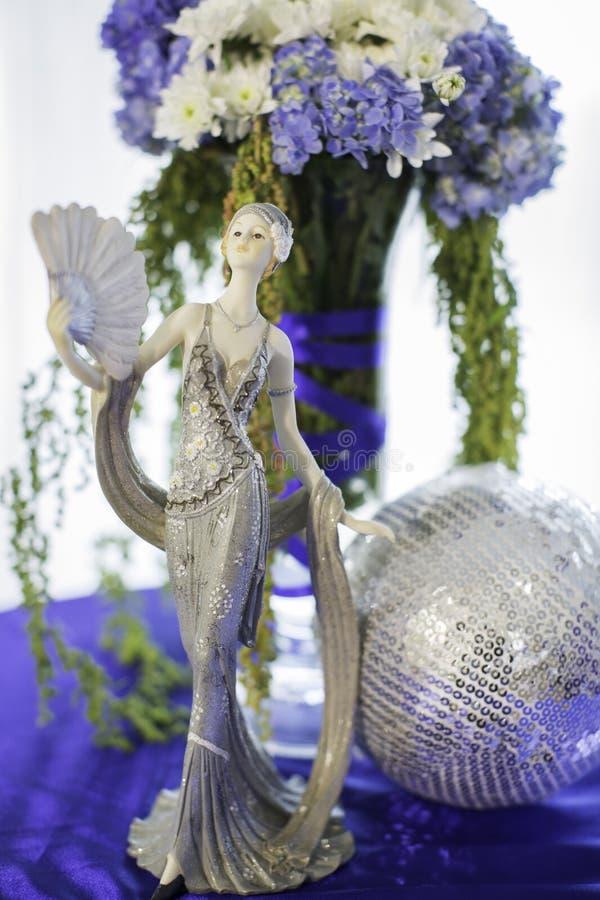 Mazzo ceramico del fiore e della bambola fotografie stock