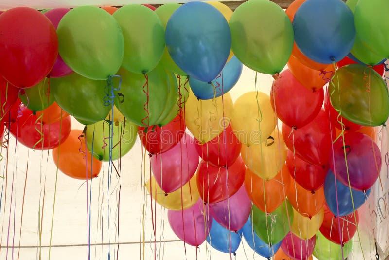 Mazzo Colourful di palloni dell'elio con passare dei nastri immagini stock