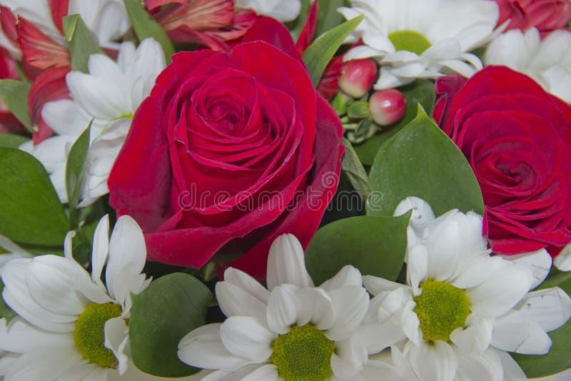 Mazzo con le rose rosse fotografie stock libere da diritti