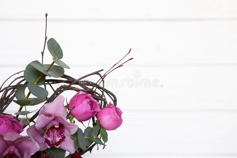 Mazzo creativo del fiore su fondo di legno bianco Il fuoco sui fiori, fondo è offuscato Modello con lo spazio della copia fotografie stock libere da diritti