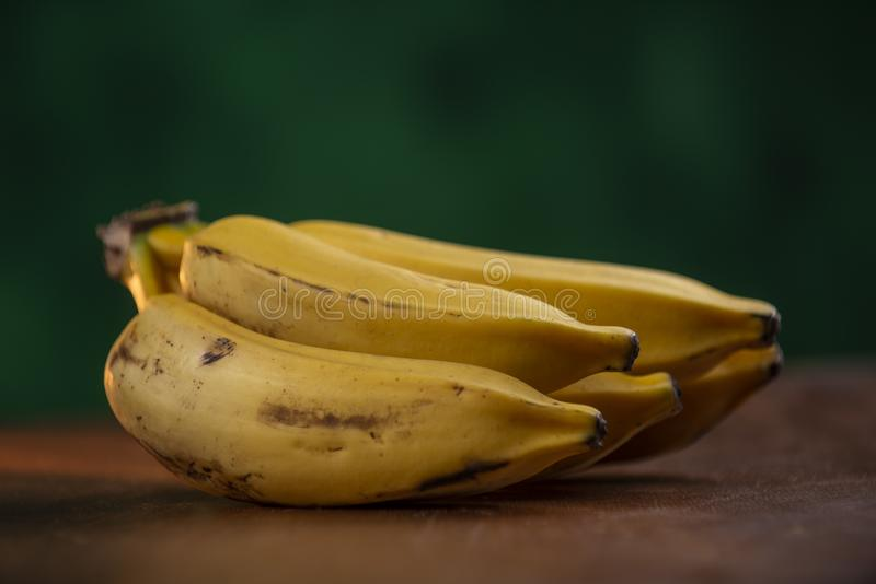 mazzo d'argento maturo della banana immagine stock