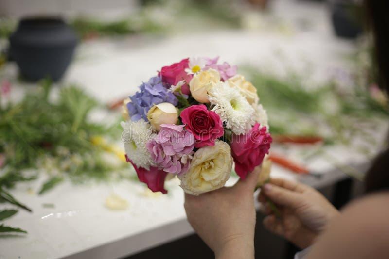 Mazzo dalle rose in mani della ragazza fotografia stock libera da diritti