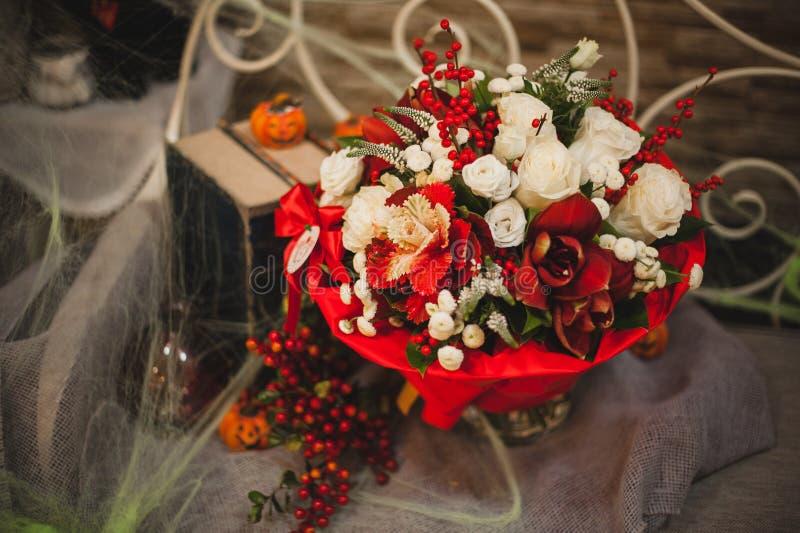 Mazzo dei fiori bianchi e rossi fotografia stock for Pianta mediterranea con fiori rossi bianchi e gialli