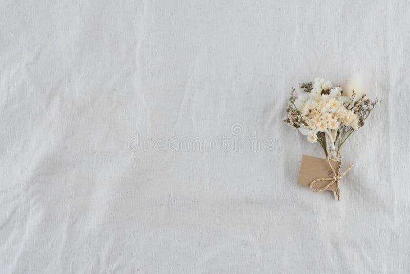 Mazzo dei fiori bianchi sul tessuto bianco della mussola immagini stock