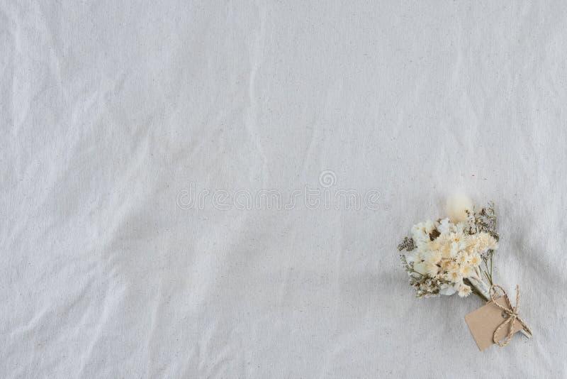 Mazzo dei fiori bianchi sul tessuto bianco della mussola immagini stock libere da diritti