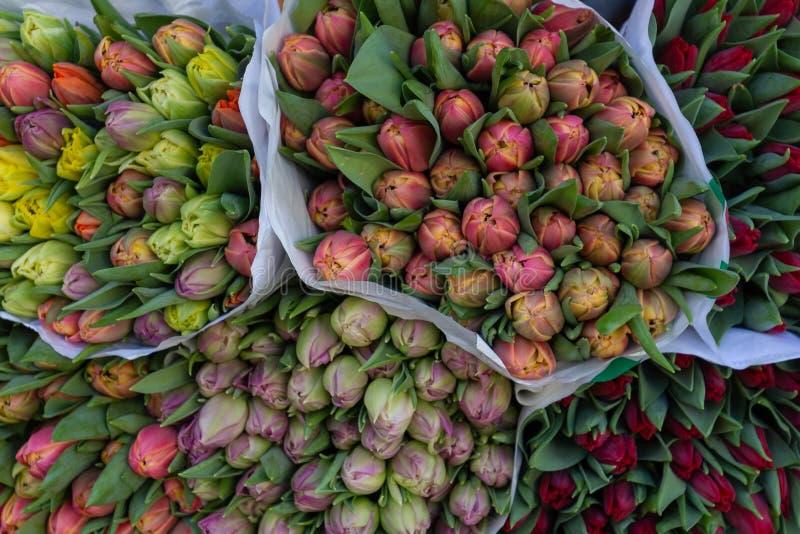 Mazzo dei fiori che aspettano la gente fotografia stock libera da diritti