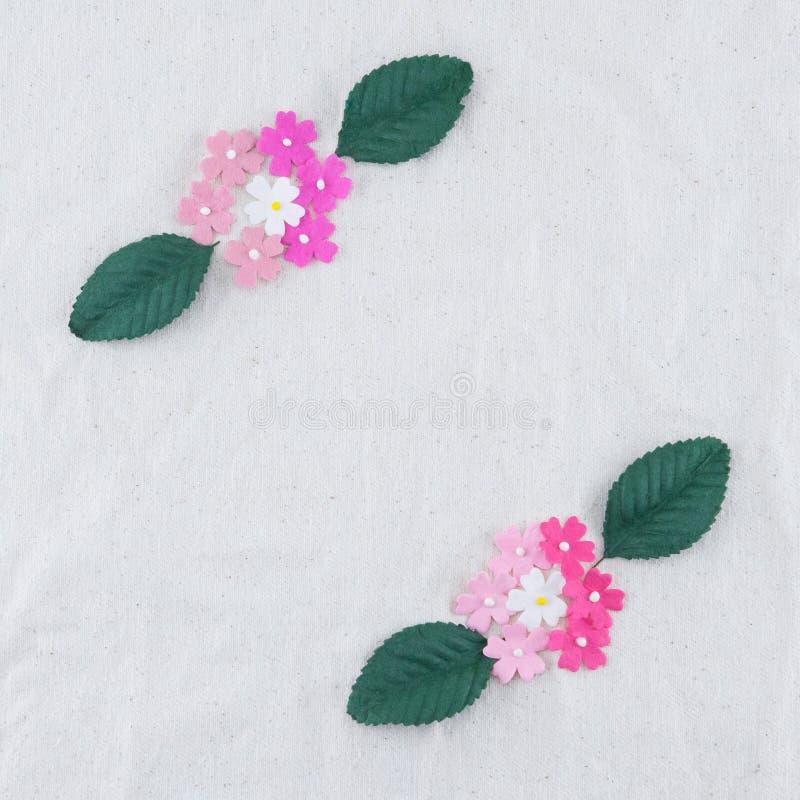 Mazzo dei fiori di carta e delle foglie verdi di tono rosa immagini stock libere da diritti