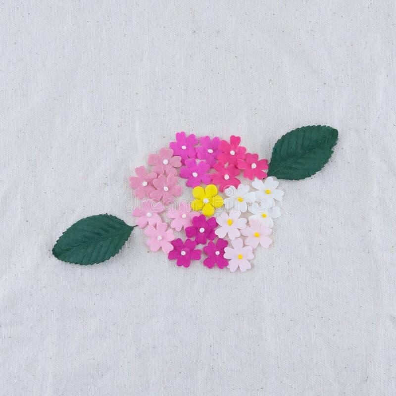 Mazzo dei fiori di carta e delle foglie verdi di tono rosa fotografia stock