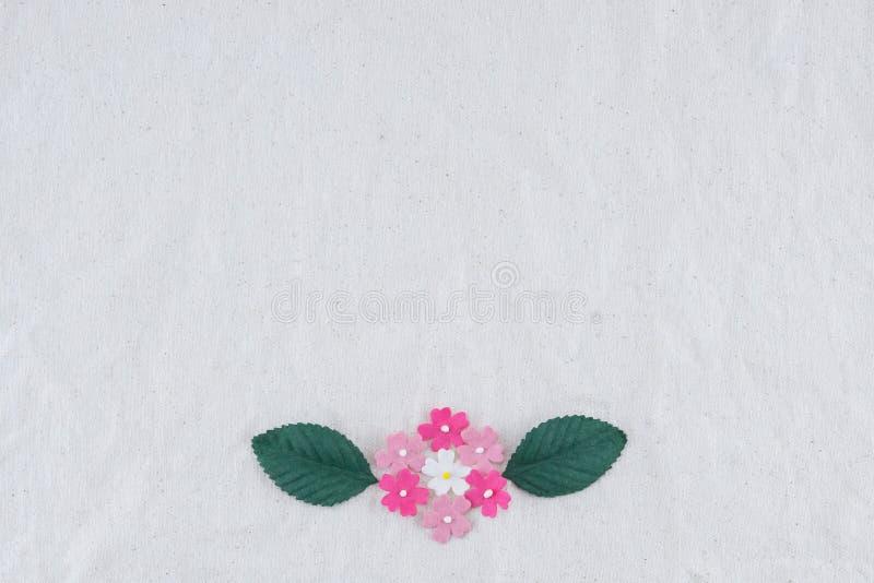 Mazzo dei fiori di carta e delle foglie verdi di tono rosa immagini stock