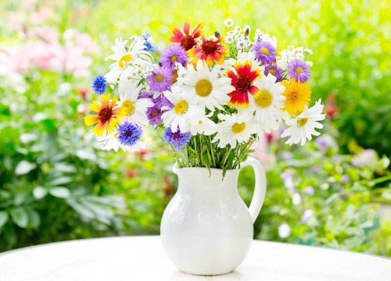 Download Mazzo dei fiori di estate fotografia stock. Immagine di assortimento - 56875742