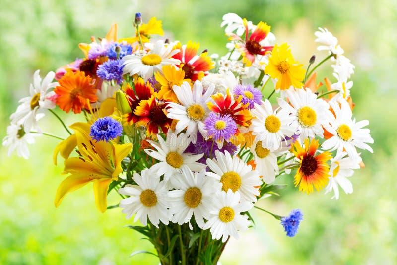 Download Mazzo dei fiori di estate fotografia stock. Immagine di chamomile - 56876094