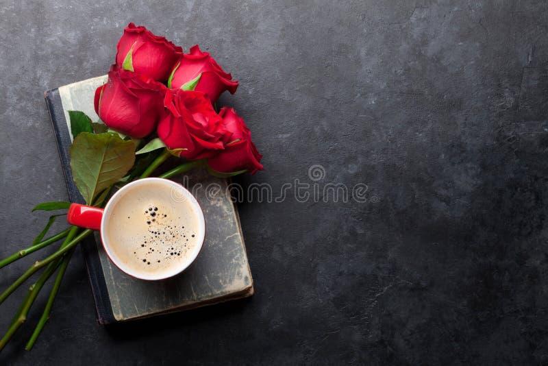 Mazzo dei fiori di Rosa sopra il vecchio libro immagini stock libere da diritti