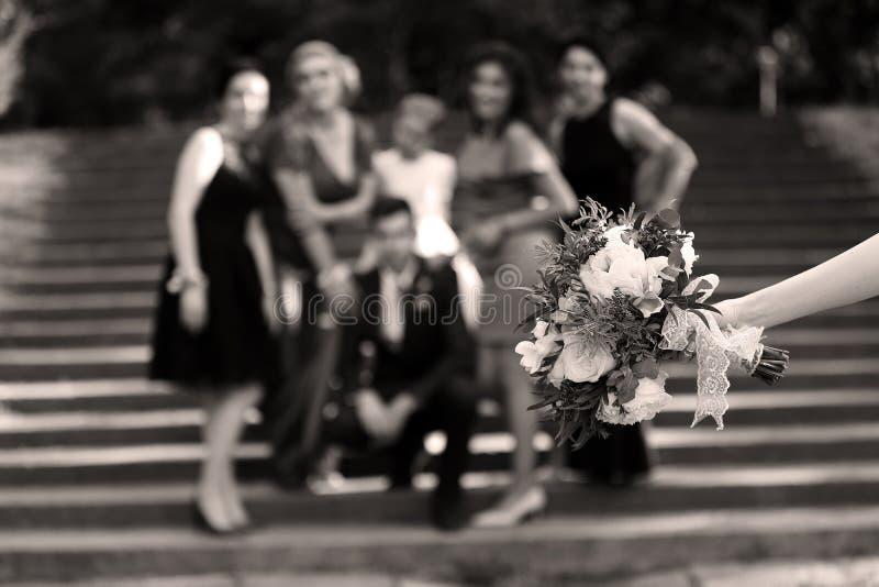 Mazzo dei fiori e delle damigelle d'onore su fondo fotografie stock libere da diritti