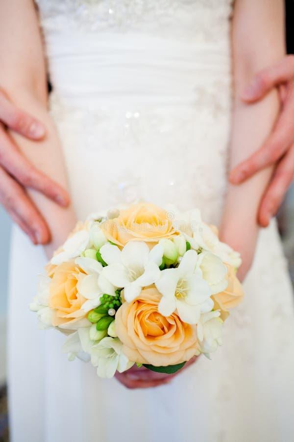 mazzo dei fiori nelle mani della sposa fotografie stock