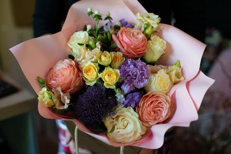 Mazzo dei fiori su una gamba all'interno del ristorante per un negozio di celebrazione floristry o il salone di nozze fotografie stock libere da diritti
