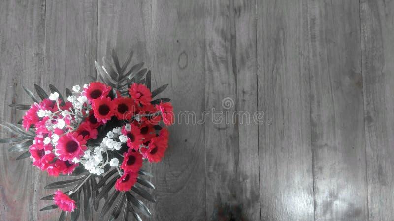 Mazzo dei fiori sulla tavola di legno fotografia stock