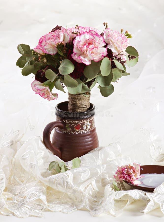 Mazzo dei fiori in una brocca immagini stock libere da diritti