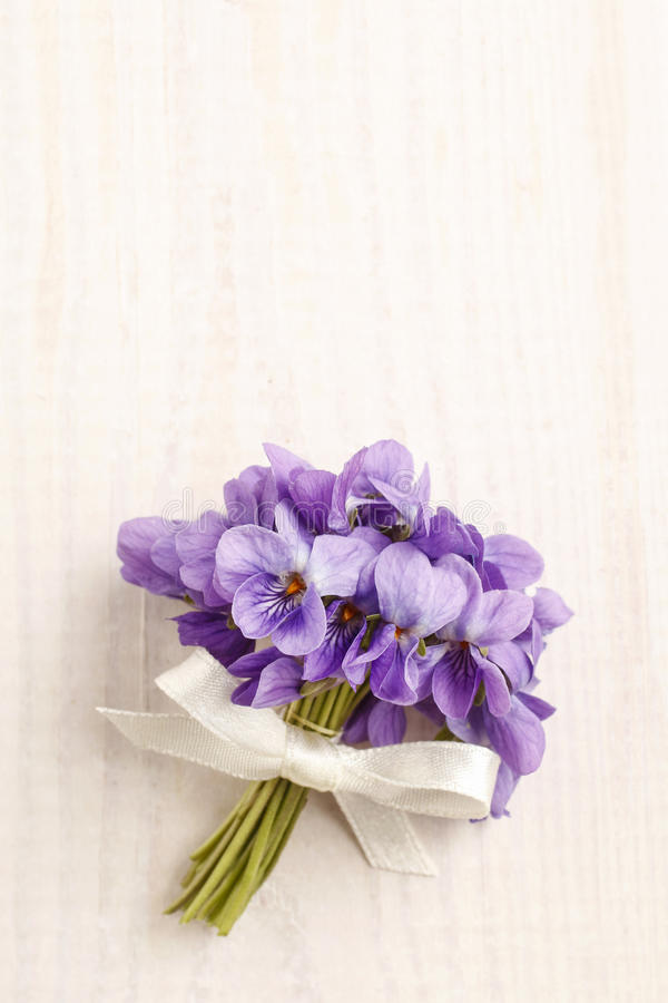 Mazzo dei fiori viola viola odorata su legno immagine for Mazzo per esterni in legno