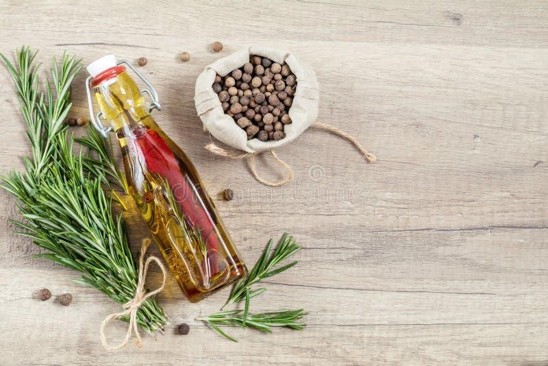 Mazzo dei rosmarini di mazzi, olio d'oliva con pepe e spezie, franco fotografia stock libera da diritti