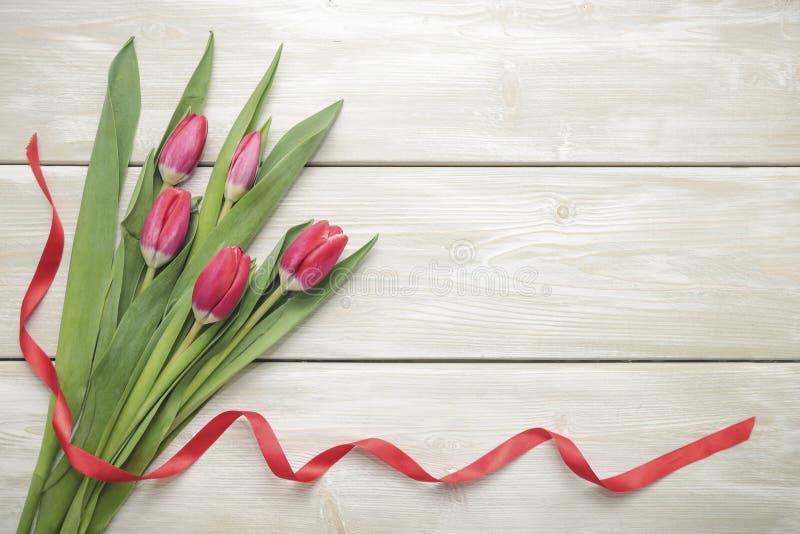 Mazzo dei tulipani su fondo di legno fotografie stock libere da diritti
