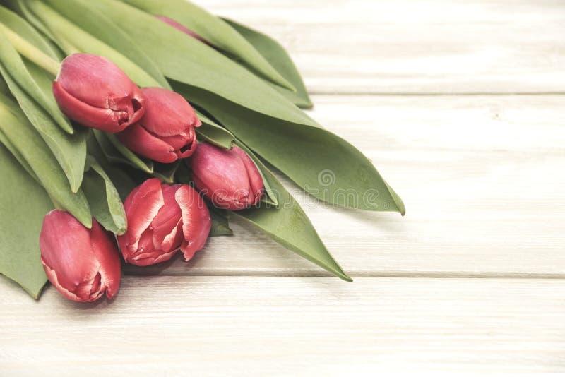 Mazzo dei tulipani su fondo di legno immagini stock