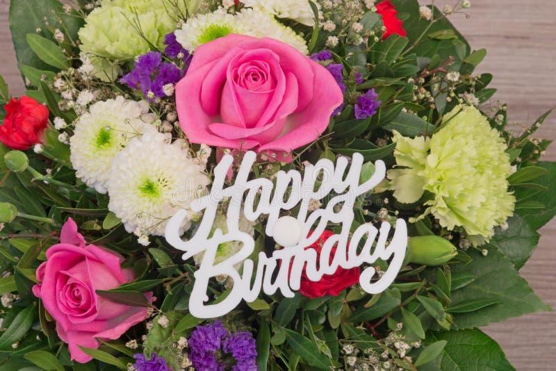 Mazzo del fiore con il buon compleanno del testo fotografia stock libera da diritti