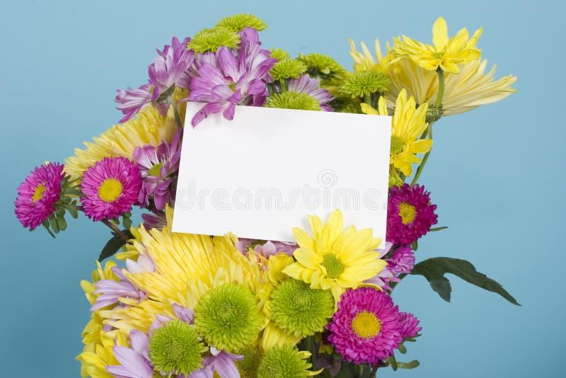 Mazzo del fiore con la scheda di nota fotografie stock libere da diritti