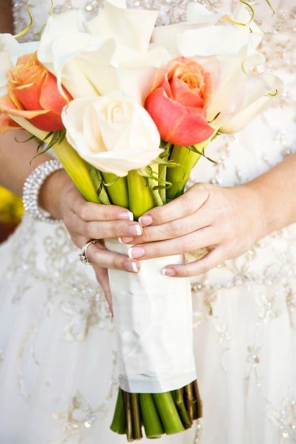 Mazzo del fiore della tenuta della sposa fotografia stock libera da diritti